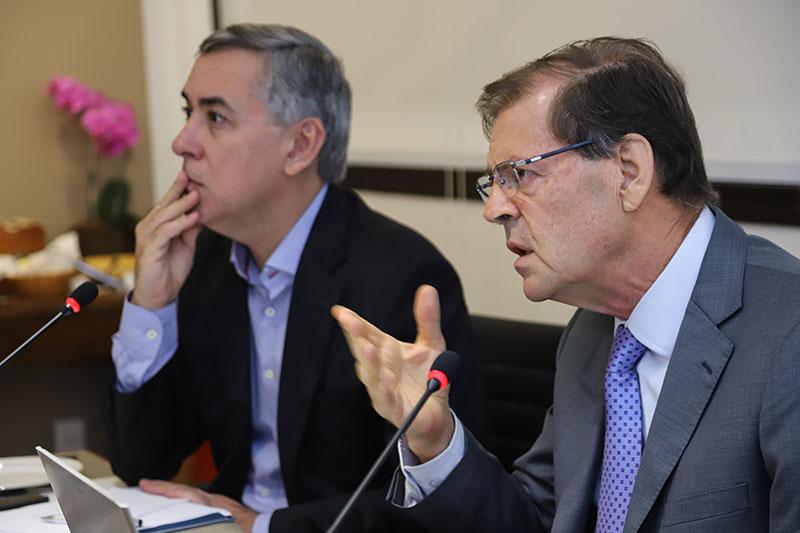 O advogado Adacir Reis, presidente do Instituto San Tiago Dantas de Direito e Economia, e o ex-ministro José Cechin. No cardápio do café da manhã: os desafios da saúde suplementar.